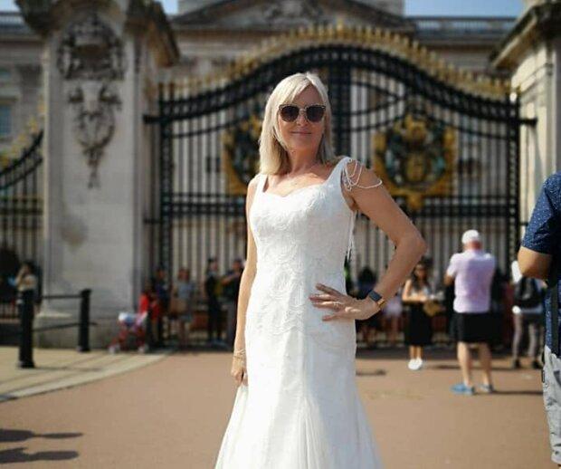 Die Frau weigerte sich, ihr schickes Hochzeitskleid in den Schrank zu stellen, und jetzt trägt sie es überall