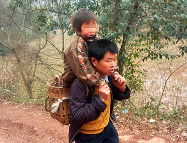 Dreißig Kilometer mit dem Sohn auf dem Rücken: Der Vater tut sein Bestes, um seinem Sohn eine Ausbildung zu ermöglichen