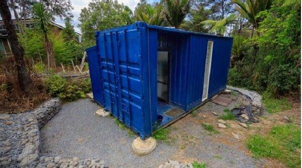 Eine Frau wohnt in einem 10 Quadratmeter großen Frachtcontainer und verwandelte ihn in ein Traumhaus