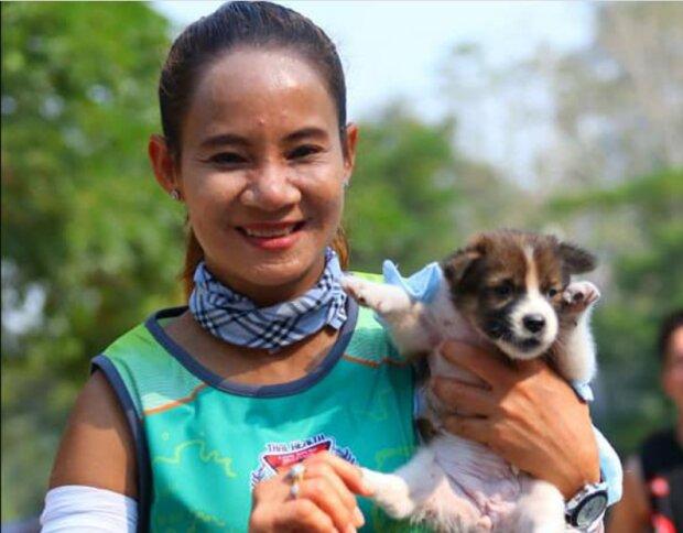 Die Teilnehmerin des 30 km-Marathons trug einen Welpen auf den Händen, um ihn zu retten