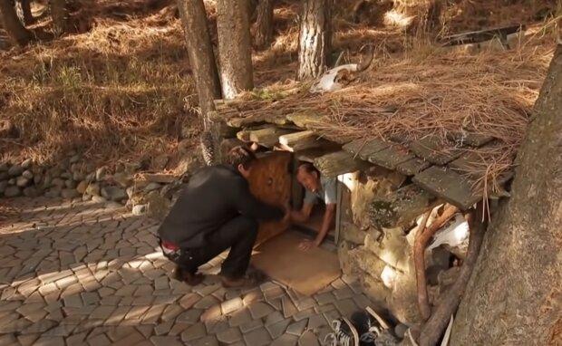 Mann wohnt in einer Erdhütte. Quelle: Screenshot Youtube