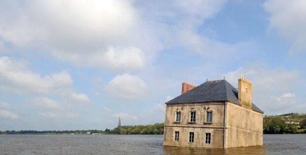 Was macht ein Haus in der Mitte eines Flusses und warum niemand es rettet