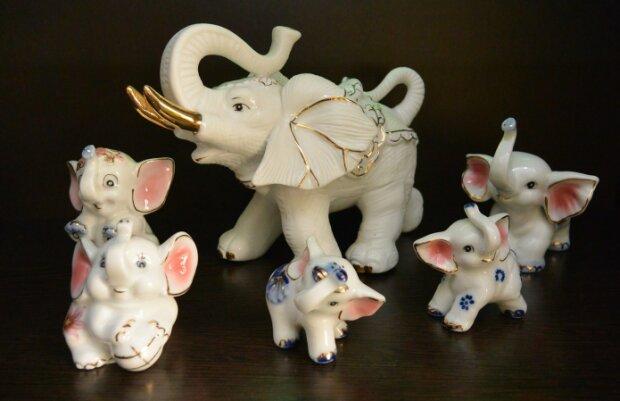 Vierundsechzig kleine Elefanten fanden die Stadtbewohner vor ihrer Tür: Es stellte sich heraus, dass eine Liebesgeschichte dahinter steckte