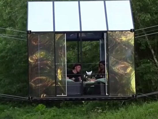 Für alle, die Adrenalin mögen: Übernachtung in einem über dem Fluss schwebenden Glashaus