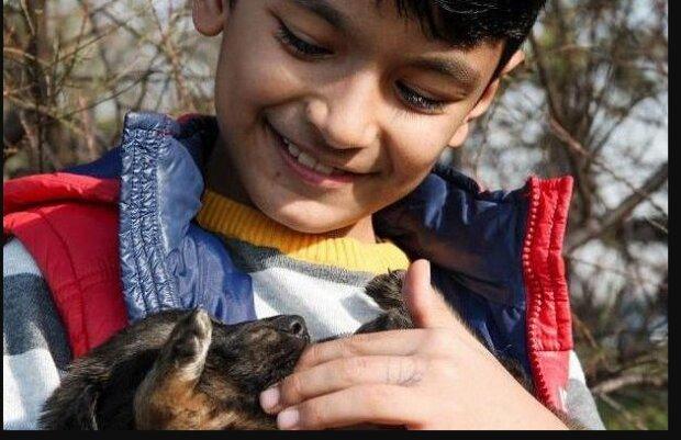 Um den Welpen zu retten, stieg ein 10-jähriger Junge in eine Ölquelle