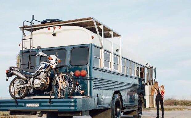 Der Mann hatte kein Geld für eine Wohnung, also kaufte er einen ausgemusterten Bus und begann, ihn selbst zu renovieren