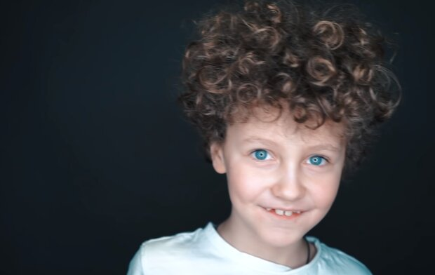"""""""Mutter entschied sich, ihrem 2-jährigen Sohn nicht die Haare zu schneiden"""": Mit 8 Jahren war er reich, dank seiner hüftlangen Haare"""