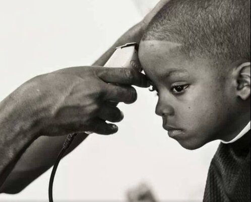 Nicht für den Rekord: 12 Stunden am Stück schnitt ein Friseur die Haare von benachteiligten Kindern