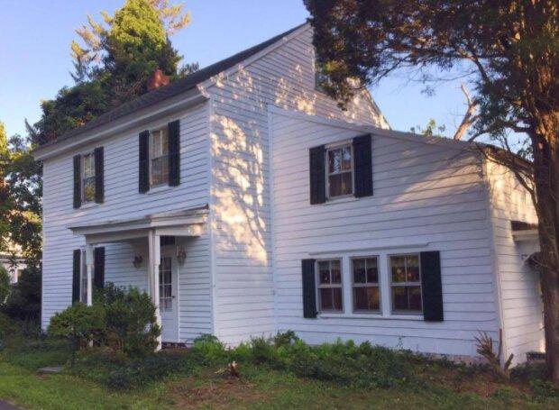 Nachbarn beschlossen, einem im Ruhestand befindlichen Nachbarn zu helfen und renovierten sein Haus