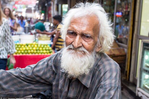 Ein 80-jähriger Mann läuft durch das Dorf und hilft den Bedürftigen
