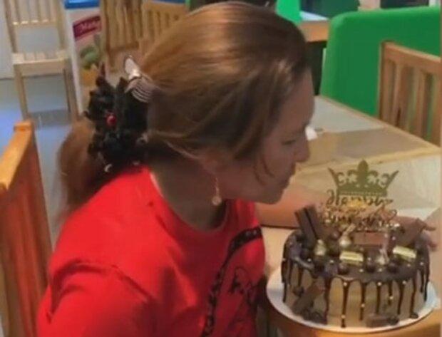 In der Geburtstagstorte war eine Überraschung versteckt, die das Geburtstagskind erfreute