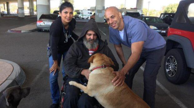 Ein Tierarzt hilft kostenlos obdachlosen Menschen, die Tiere haben