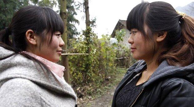 Dank des Polizeibeamten konnten sich die Zwillingsschwestern erst nach 36 Jahren wiedersehen