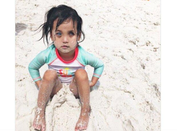 Ein besonderes Mädchen mit strahlend blauen Augen machte die Pflegefamilie glücklich