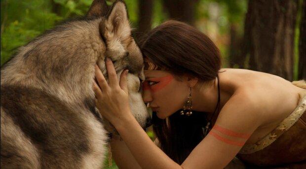 Eine einsame Frau fütterte einen Wolf: Das Tier dankte seiner Retterin