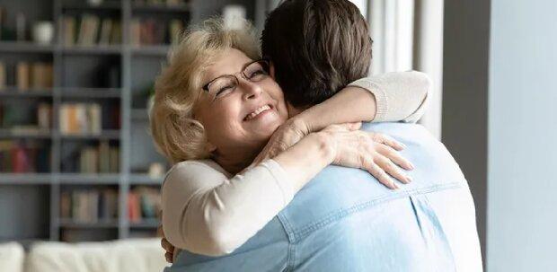 """""""Mama, ich bin's"""": Sohn findet biologische Mutter, die ihn vor 45 Jahren verlassen hat"""