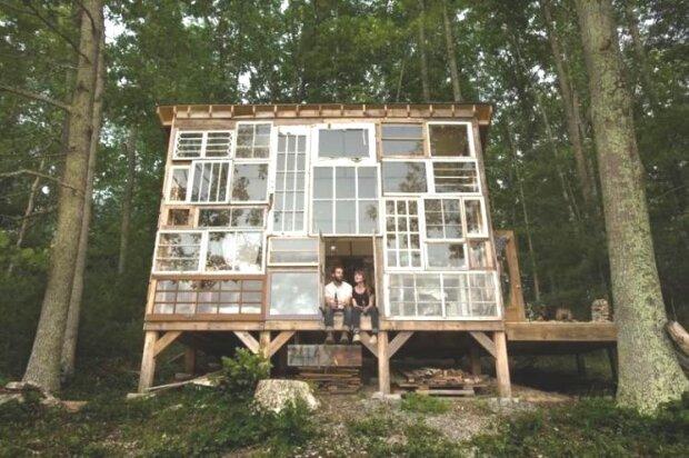 Inspiriert von den Waldlandschaften baute das Ehepaar ein märchenhaftes Herrenhaus aus Fensterrahmen