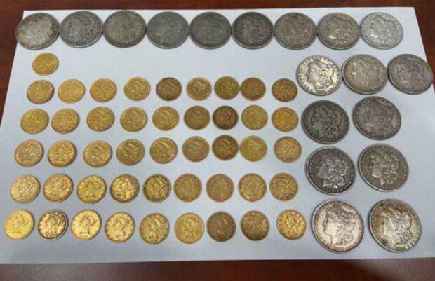 Die Eheleute fanden seltene, teure Münzen im neuen Haus, gaben sie aber dem vorigen Besitzer zurück