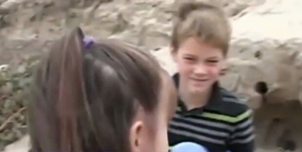 Der tapfere Junge eilte dem im Sand feststeckenden Mädchen zu Hilfe
