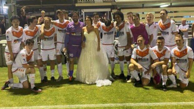 Der Bräutigam flüchtete von der Hochzeit, um Fussball zu spielen: Die Braut unterstützte ihren zukünftigen Ehemann