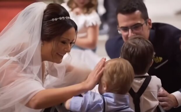 Während der Hochzeit gab der Bräutigam seiner Braut ein besonderes Geschenk und rief die besonderen Kinder, mit denen sie arbeitet