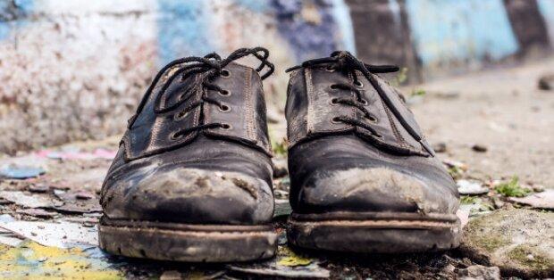 Ein Polizist sah einen Obdachlosen ohne Schuhe: Ohne zu zögern, gab er dem Mann seine Schuhe
