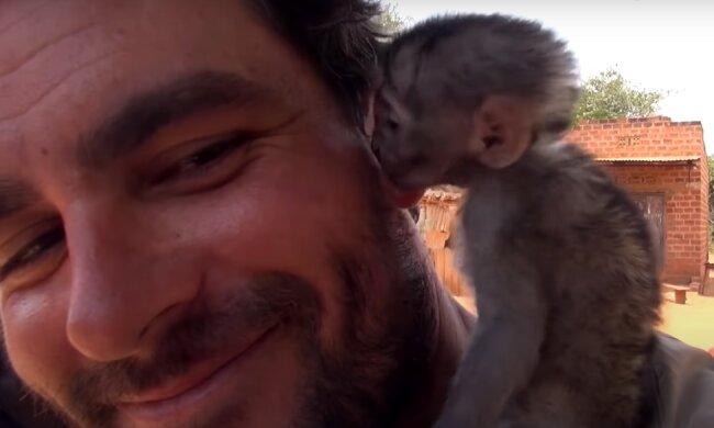 Ein Mann rettete ein Affenmädchen aus einem Feuer und sie konnte ihre Dankbarkeit nicht verbergen