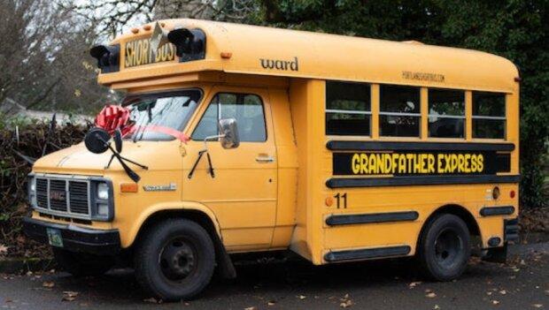 """""""Die Kinder waren begeistert"""": Opa hat einen privaten Schulbus gekauft und fährt seine Enkelkinder damit"""