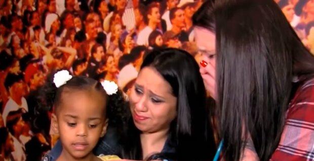 Die Frau konnte ihre Tränen nicht zurückhalten, als sie das Mädchen mit dem schlagenden Herzen ihres Sohnes in der Brust traf