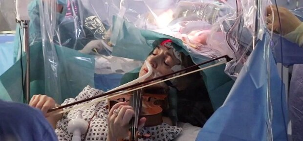 Um den Ärzten zu helfen: Während einer komplizierten Operation spielte die Frau Geige