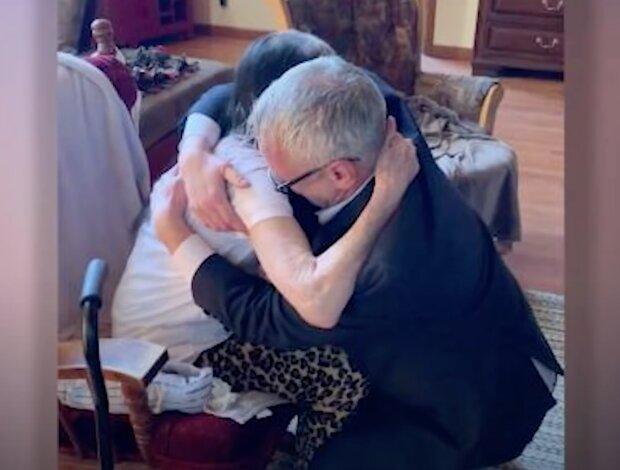 Ein 60-jähriger Mann weinte wie ein Baby, als er zum ersten Mal seine Mutter traf, die ihn im Waisenhaus abgegeben hatte