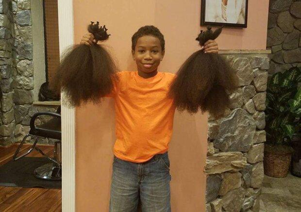 Ein Junge ließ sich 2 Jahre lang die Haare wachsen, um Perücken für Kinder herzustellen