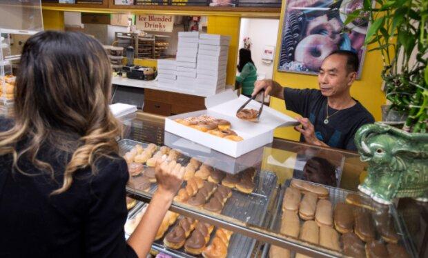 Die Stadtbewohner kaufen morgens alle Produkte im örtlichen Café auf, damit der Besitzer die Zeit mit seiner Frau verbringen kann
