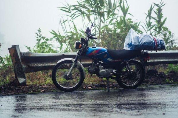 Ein Mann stand mit einem kaputten Motorrad hilflos im strömenden Regen: Der Busfahrer sah ihn und konnte das Problem leicht lösen