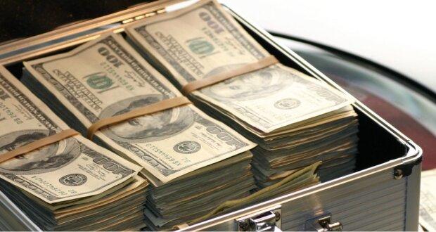 Mann kaufte ein gebrauchtes Sofa und fand 43.000 Dollar in einem Versteck: Er handelte wie ein echter Held