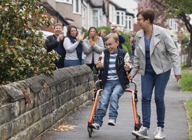 In gutem Glauben: Britischer Junge sammelt 150.000 Pfund für Krankenhaus und Schule