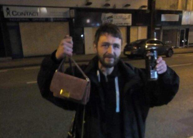 Ein Obdachloser fand die Tasche und suchte zwei Tage lang nach dem Besitzer