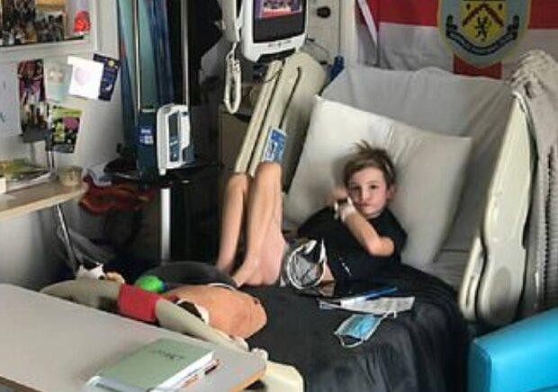 Ein 9-jähriger Junge sammelte Geld für das Krankenhaus, in dem sein bester Freund behandelt wird