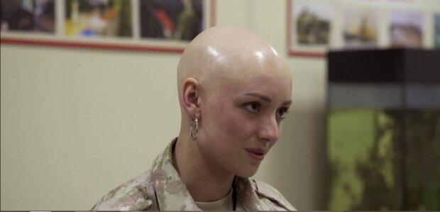 Nachdem sie ihre Haare verloren hatte, rasierte die Friseurin sie komplett ab und inspiriert nun andere durch ihr Beispiel