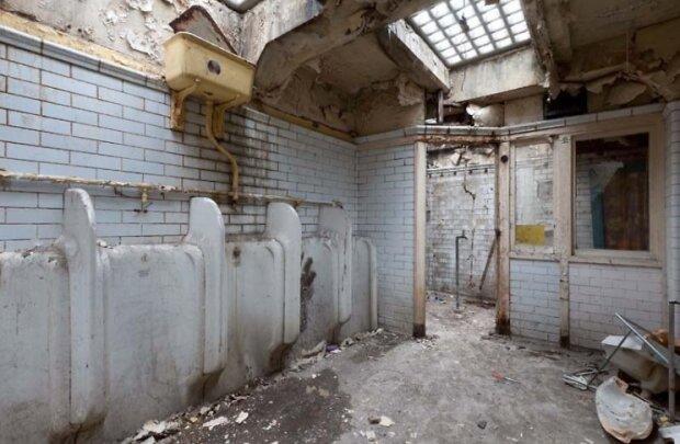 Frau kaufte sich eine alte öffentliche Toilette und verwandelte sie in ihre Traumwohnung