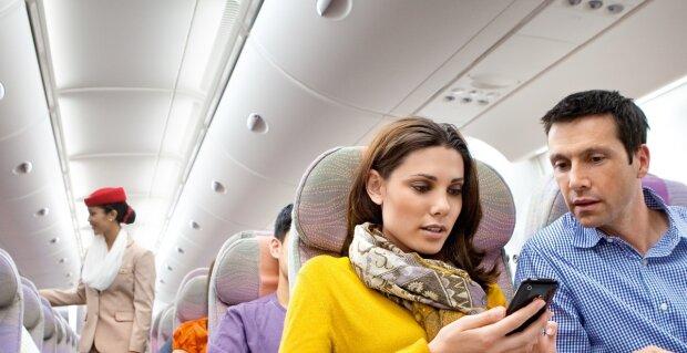 """""""Wird sich ein Leben lang erinnern"""": warum eine Frau die Haare ihrer Nachbarin im Flugzeug durcheinanderbrachte"""